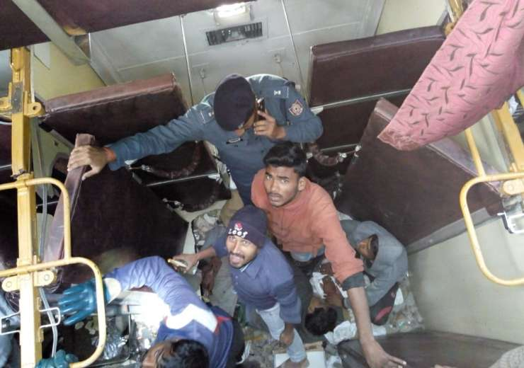 Seemanchal Express derailment: Rescue ops are on - India Tv