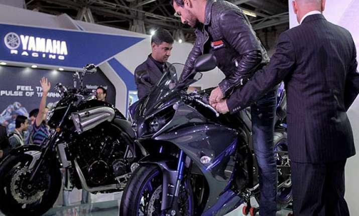 auto expo 2014 john abraham endorses yamaha motorbikes