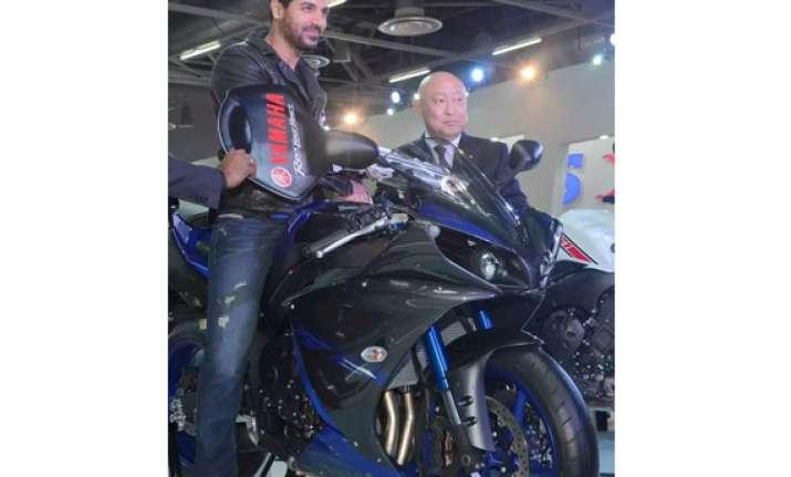 auto expo 2014 yamaha extends contract with john abraham
