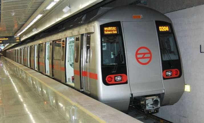 delhi metro installs top up machine for smart cards