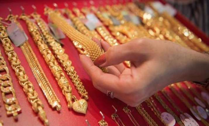 gold declines on increased stockist selling global cues