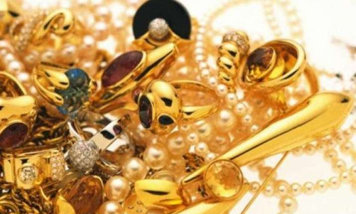gold extends gains on stockists buying global cues