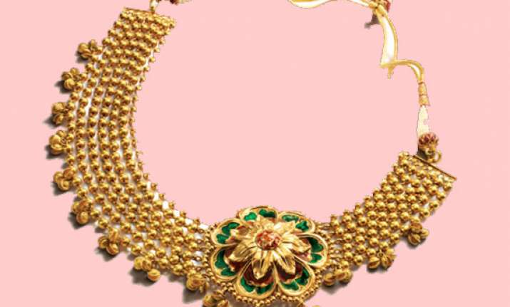 gold extends losses on stockists selling