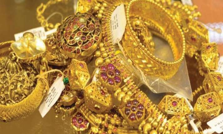 gold extends losses on stockists selling global cues