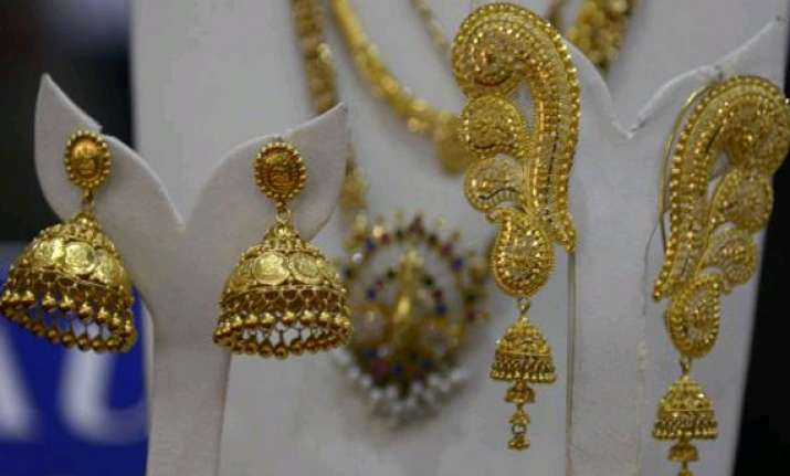 gold falls on stockists selling global cues