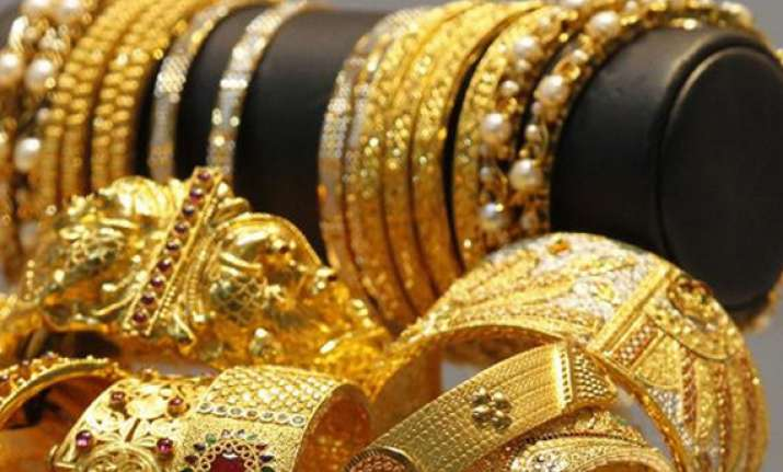 gold prices fall to rs 33 438 on global cues