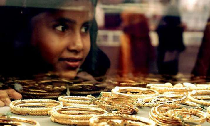 gold dips below rs 29 000 on weak global cues