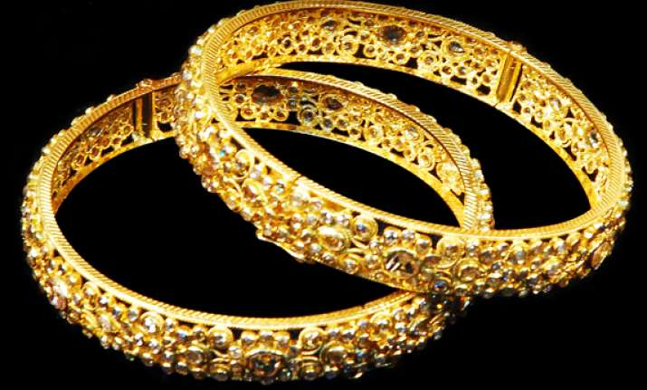 gold up by rs 35 silver loses rs 550