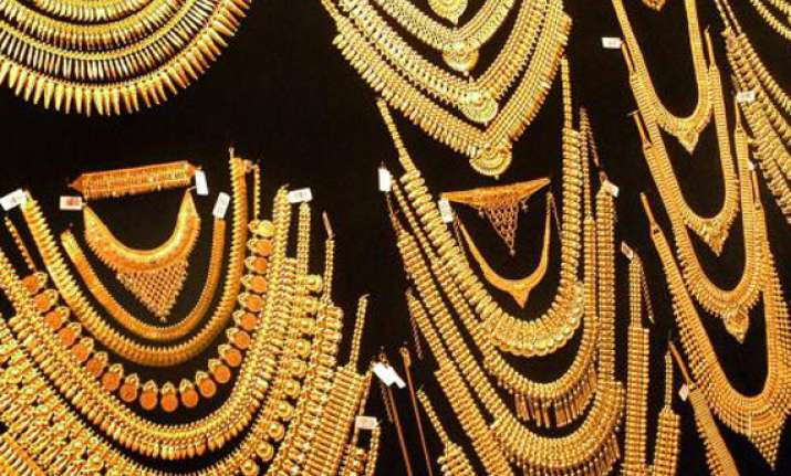 gold climbs to all time high of rs 30 550 on global cues