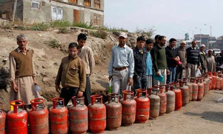 non subsidised lpg cylinder price cut by rs 21 to rs 880