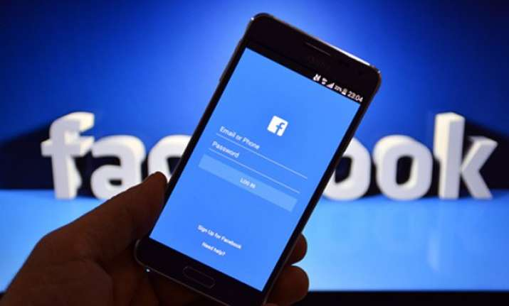 facebook pushes live video feature on top of news feed