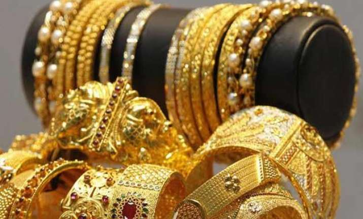 gold skids below rs 27k mark on heavy stockists selling