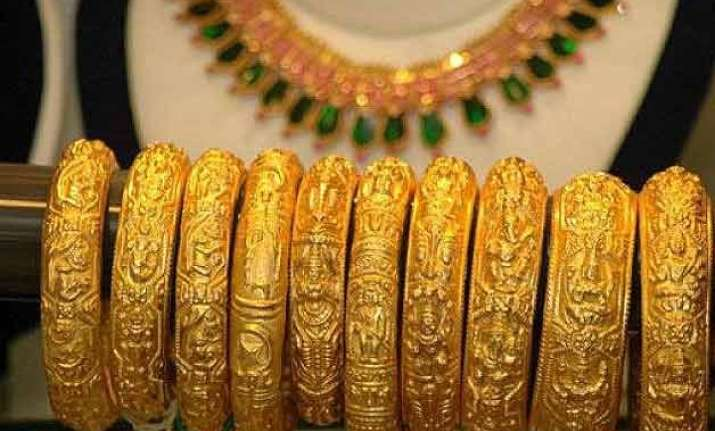 gold sinks to 4 year lows falls below rs 25 000 per 10g