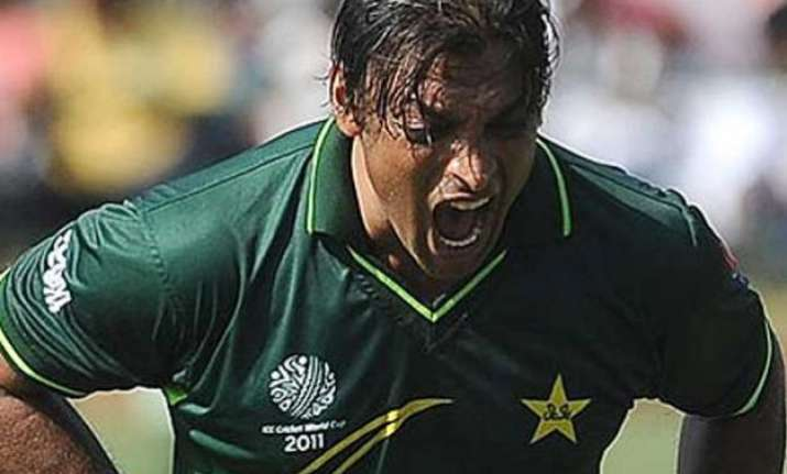 angry shoaib akhtar vents out on pakistan team including