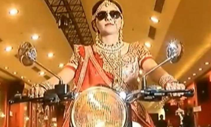 watch dabangg bride ditches palki races into her wedding