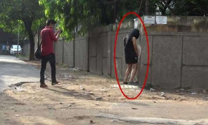 watch video woman caught peeing on streets and this is how