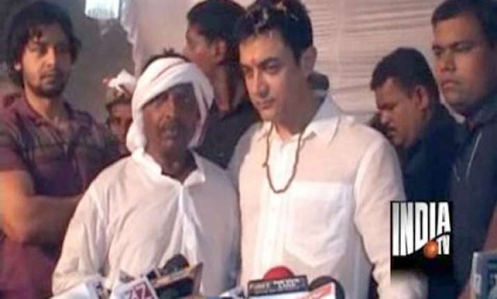 aamir attends wedding of auto driver s son
