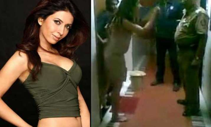 actress anjum nayar arrested for abusing mumbai cops view