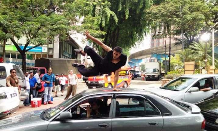 truck runs over akshay kumar s toes in mumbai