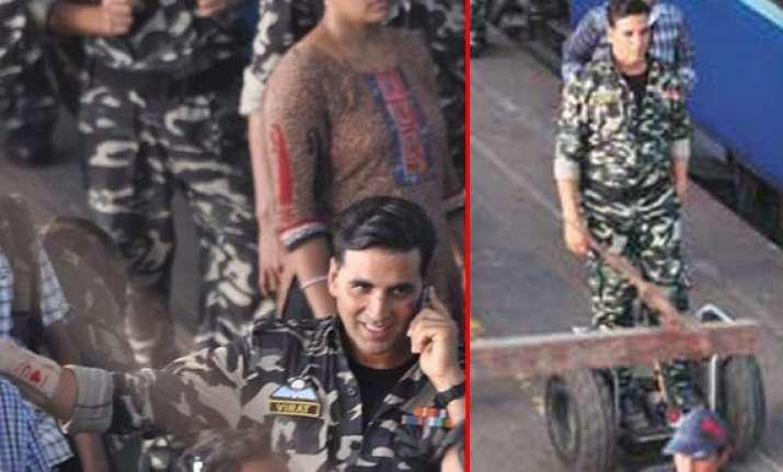 akshay kumar spotted performing stunts in bandra station