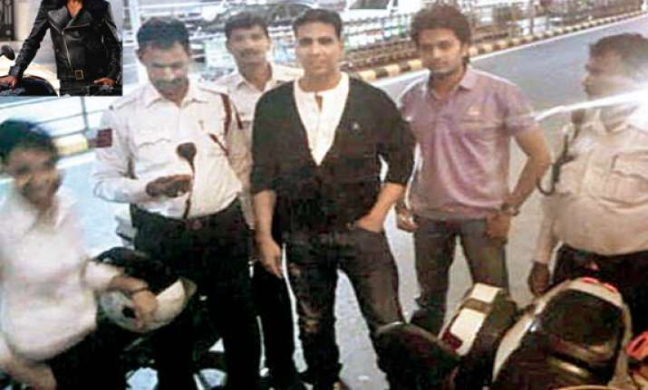 akshay borrows policeman s bike in gurgaon to catch flight
