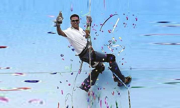 akshay does a parachute stunt in london