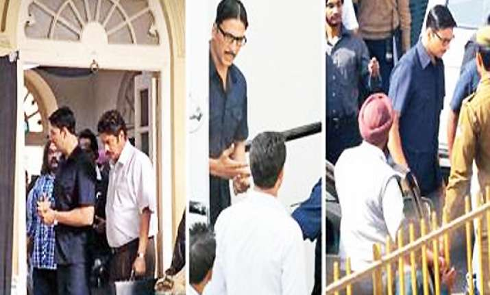 akshay shoots for his jewellery heist film in delhi s cp