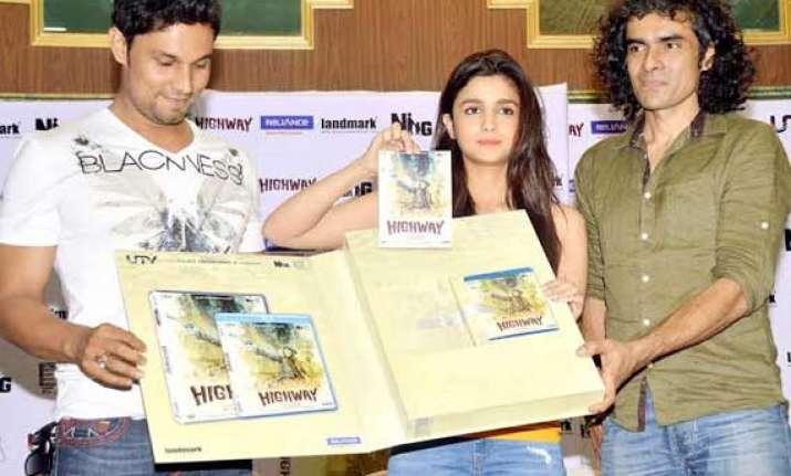 alia bhatt and randeep hooda launch highway dvd view pics