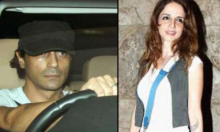 arjun rampal loses cool on being clicked with sussanne