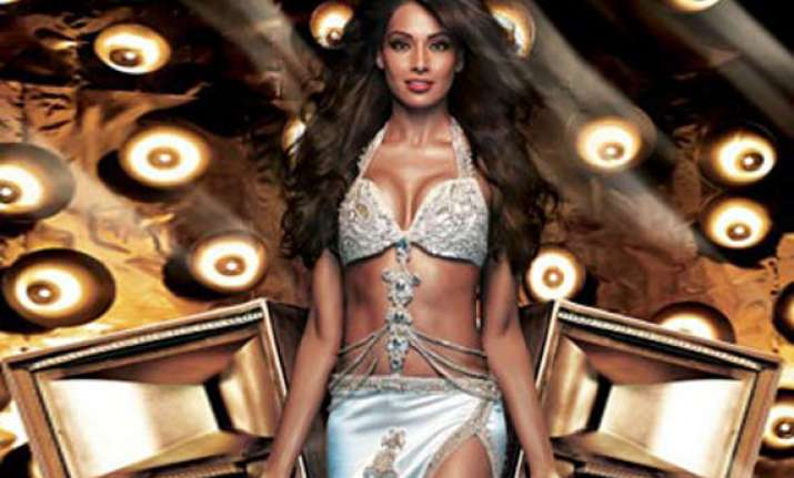 bipasha basu gets eye infection