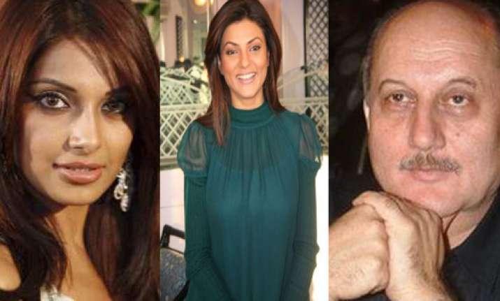 bollywood stars hail anna hazare
