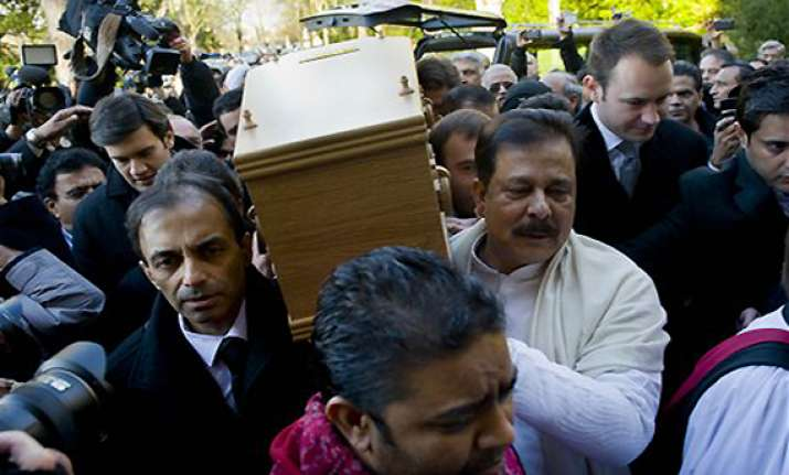 dev anand given a tearful farewell amid rich tributes