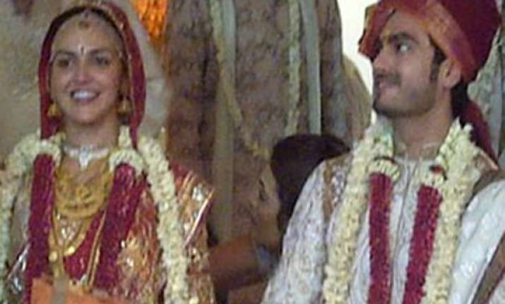 esha gets married to beau bharat in hindu ceremony