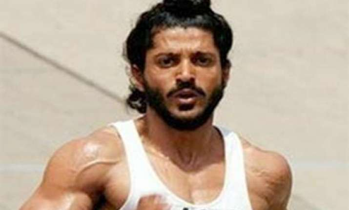 farhan s sporty look gets a thumbs up