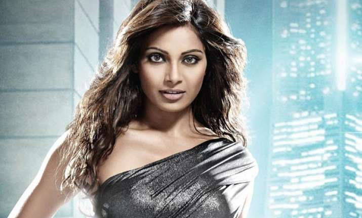 fitness freak bipasha basu misses the gym while travelling
