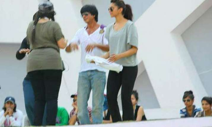 shah rukh khan deepika banned from using cell phone on sets