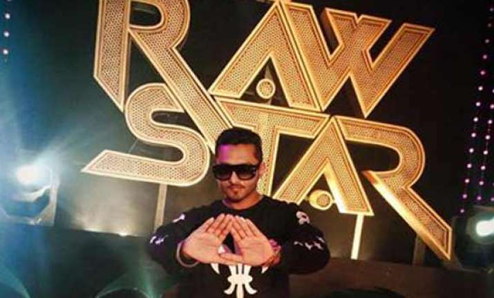 honey singh gifts pure gold lockets to india s raw star