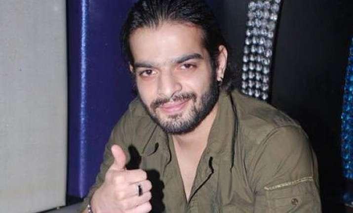 karan patel assures fans he s unlike his reel self