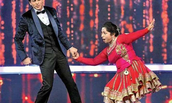 srk dances with a nurse on dil se naachein indiawaale