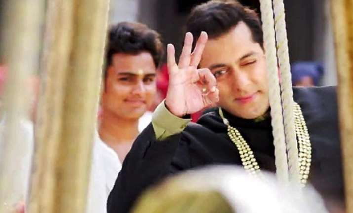 salman khan does outstanding stunt on the sets of prem
