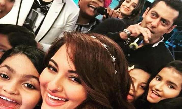 salman khan takes bajrangi bhaijaan to indian idol jr sets