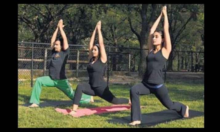 kareena saif doing yoga asanas together