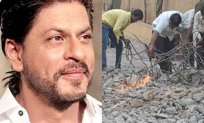 shah rukh khan to pay rs 2 lakh as charge of demolished