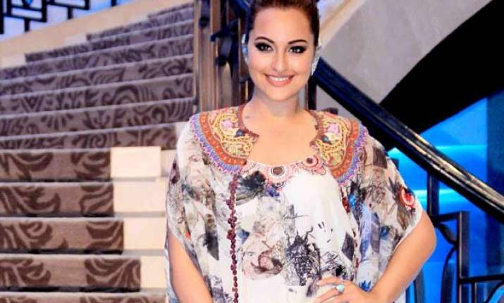 on farah ki daawat sonakshi enjoys cooking with mom
