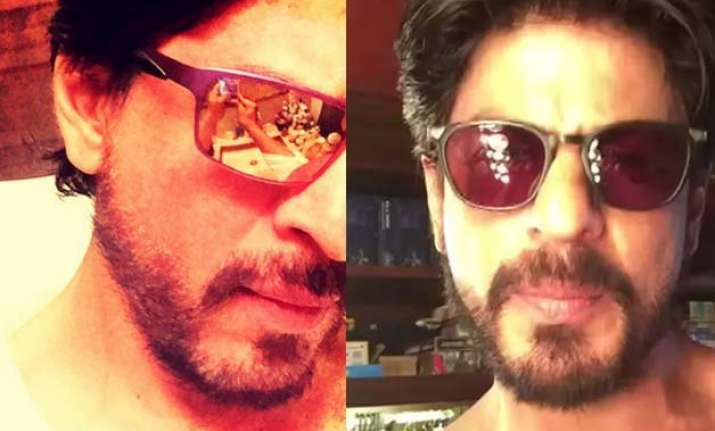 shah rukh khan goes shirtless to thank fans for 13 mn