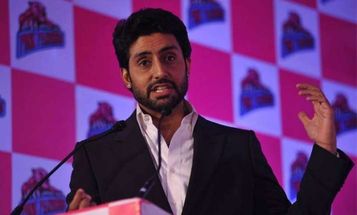 aaradhya supports our team with a hi five abhishek bachchan