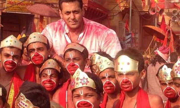 bajrangi bhaijaan opens to packed houses sends fans into