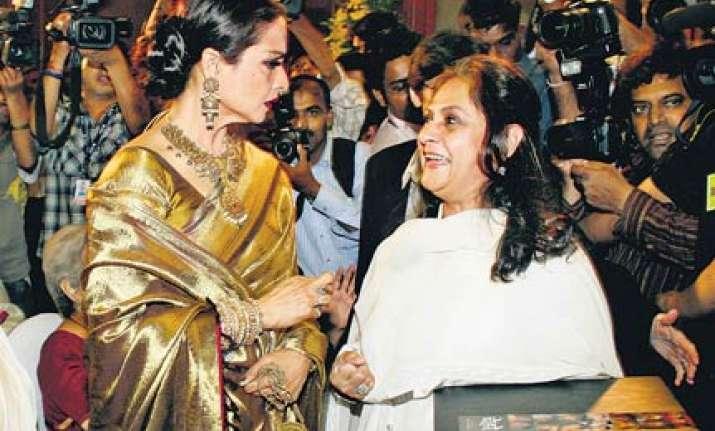 jaya bachchan breaks ice with rekha