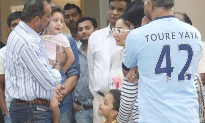 sanjay dutt s emotional moment with his crying daughter see
