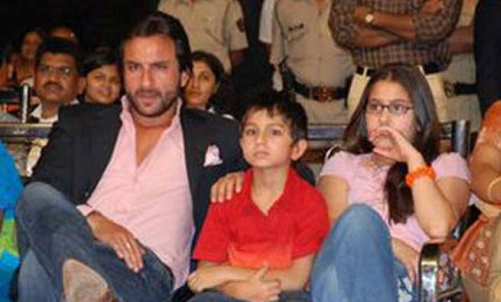 saif s kids turned back from mumbai airport